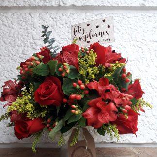 Ramo de rosas rojas en florero